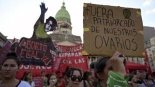"""Ativistas que exigem a legalização do aborto legal, seguro e livre participam de uma manifestação durante o chamado """"Dia de Ação Verde pelo Direito ao Aborto"""", em frente ao Congresso Nacional em Buenos Aires no dia 19 de fevereiro de 2019."""