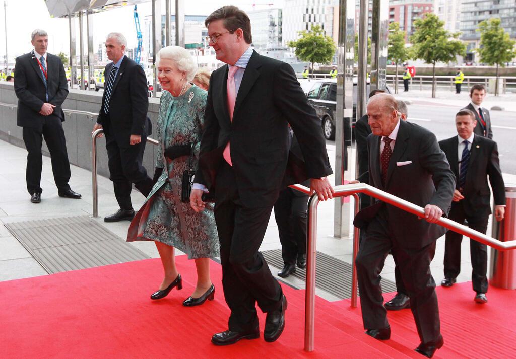Sir Julian King et la Reine Elizabeth II à Dublin en 2011.