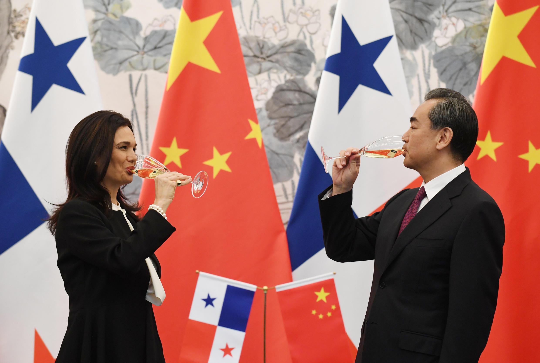 Ngoại trưởng Trung Quốc Vương Nghị (P) và đồng nhiệm Panama bà Isabel Saint Malo de Alvarado mừng việc thết lâp quan hệ ngoại giao hai nước, ngày 13/06/2017.