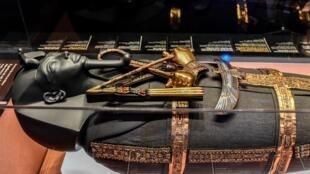 Un des sarcophages du pharaon Toutankhamon est exposé lors de l'exposition «Toutankhamon, le trésor du pharaon» le 21 mars 2019 à La Villette à Paris.