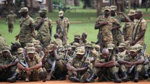 Des soldats ougandais, au camp de Singo, avant leur départ pour la Somalie, le 12 avril 2018.