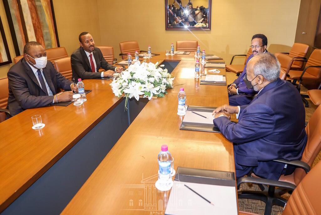 Rais wa Kenya, Uhuru Kenyatta, mwenzake wa Somalia, Mohamed Abdulahi Faramaajo wakiwa na waziri mkuu wa