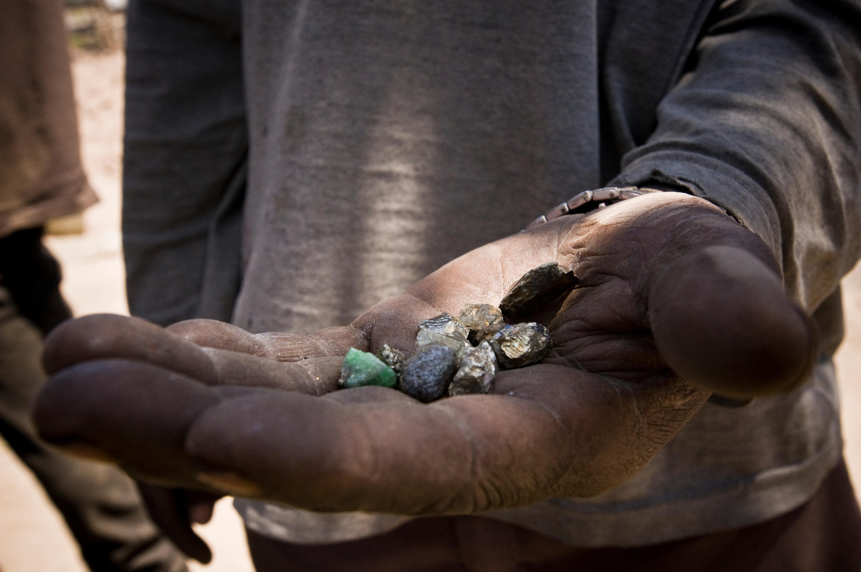 Un mineur tanzanien montre des pierres précieuses extraites dans une mine de Mererani, en Tanzanie.