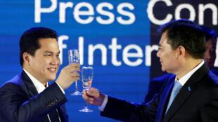 Chủ tịch tập đoàn Tô Trữ (Suning) Trương Cận Đông (Zhang Jindong - bên phải) chạm cốc với chủ tịch CLB Inter Milan Erick Thohir, 06/06/2016.