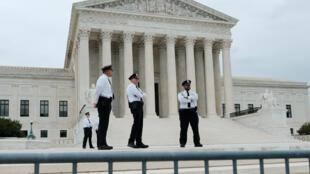 Des policiers gardent l'entrée de la Cour suprême, à la veille de sa rentrée, le 6 octobre 2019.