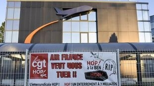 Bannière de la CGT devant le siège de HOP!, la compagnie aérienne régionale low-cost, filaile d'Air France, à Bouguenais, le 3 juillet 2020.