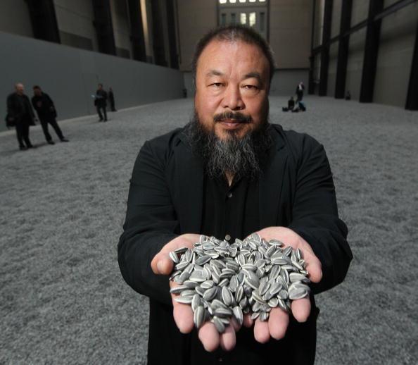 Ai Weiwei lors de la mise en place de son exposition «Sunflower Seeds» à la Tate Modern de Londres, en octobre 2010. Il a disparu pendant plusieurs mois en 2011.