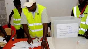 Opération de vote à Bissau lors de la présidentielle de 2009.