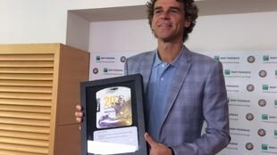 Giga exibe uma das homenagens recebidas nesta quinta-feira (8/06) em Roland Garros.