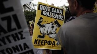 Des milliers de Grecs se sont rassemblés en mémoire du rappeur Pavlos Fyssas dans la banlieue d'Athènes, jeudi 18 septembre.