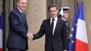 Le président français Nicolas Sarkozy (d) reçoit le Premier ministre turc Recep Tayyip Erdogan au palais de l'Elysée, le 7  avril 2010.