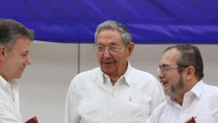 Rais wa Colombia Juan Manuel Santos (kushoto) na kiongozi mkuu wa FARC Timoleon Jimenez (kulia), pamoja na Rais wa Cuba Raul Castro, Juni 23, 2016 mjini Havana.