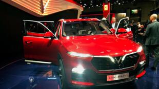 Un SUV construit par la société vietnamienne Vinfast au salon de l'Auto à Paris en 2018.