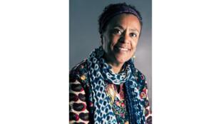 Véronique Tadjo est poète, romancière, écrivain pour la jeunesse, dessinatrice. Elle partage sa vie entre Londres, Paris et Abidjan.