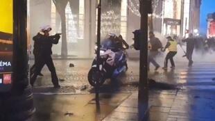 黄背心第六个周六行动时,巴黎香街摩托警察和黄背心对峙的暴力场面      2018年12月22日