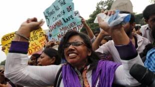 New Dehli, le 13 septembre 2013. Cette femme manifeste en dehors du tribunal lors du procès de plusieurs hommes condamnés à mort pour le viol collectif d'une femme.