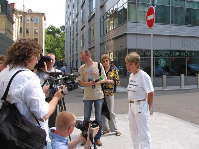 16 июля 2009 г. - Евгения Чирикова передает в офис Европейского банка реконструкции и развития письмо с требованием отказаться от финансирования трассы Москва - Санкт-Петербург.