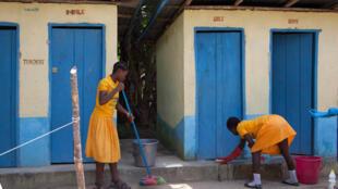 estudantes limpam os retiros escolares na Harry C Elementary School, na cidade de Mansoureh, Serra Leoa.A Organização das Nações Unidas declarou dia 19 de novembro como Dia Mundial dos Banheiros.