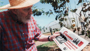 Fidel Castro akishikilia toleo la gazeti ya serikali ya Cuba la Granma la tarehe 19 Oktoba 2012 ambapo alielezwa kuwa aalifariki. Alishutumu mashirika ya habari ya kigeni, kuwa maadui wa Cuba ya kuchapisha taarifa za uongo juu ya hali yake ya afya.