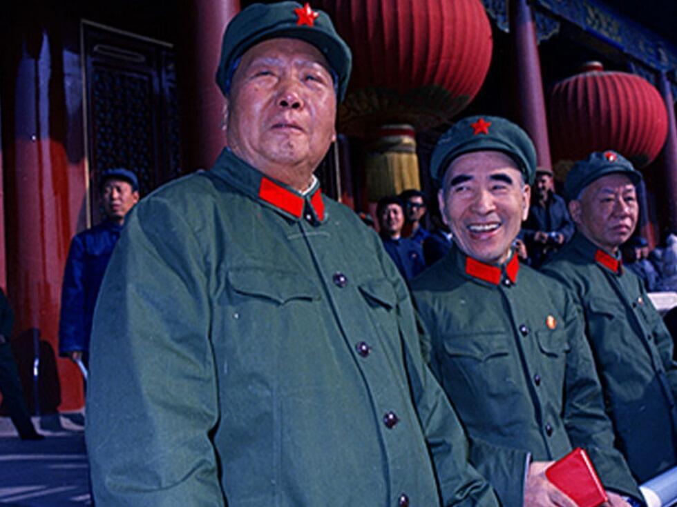 1966年9月毛檢閱紅衛兵。右為劉少奇,中間林彪。