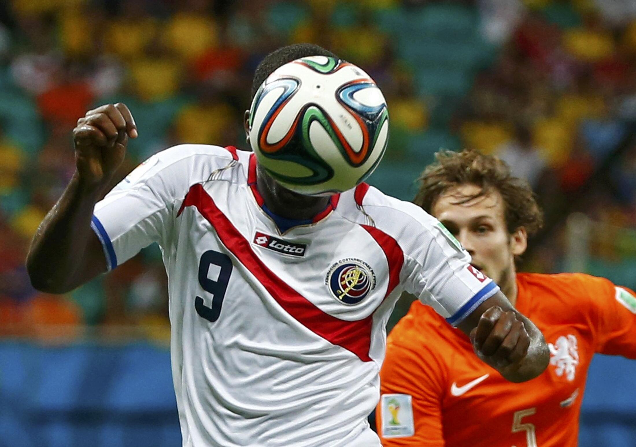 Cầu thủ Joel Campbell của Costa Rica dùng đầu đánh bóng trong trận tứ kết với Hà Lan ngày 05/07/2014 tại Fonte Nova Arena ở Salvador, nhân Cúp Thế giới 2014.