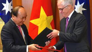 Thủ tướng Việt Nam Nguyễn Xuân Phúc (T) và thủ tướng Úc Malcolm Turnbull tại trụ sở Quốc Hội Úc, tại Canberra, ngày 15/03/2018.