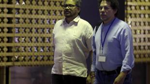 Iván Márques (izquierda) de las FARC y el negociador Pastor Alape a su llegada a las discusiones sobre la paz en Colombia, La Habana, 21 de mayo de 2015.