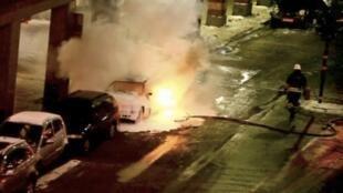Imagem da televisão sueca mostra ação dos bombeiros nas explosões em Estocolmo.