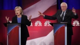 Os dois principais candidatos democratas, Hillary Clinton e Bernie Sanders, durante debate do 17 de janvier 2016.