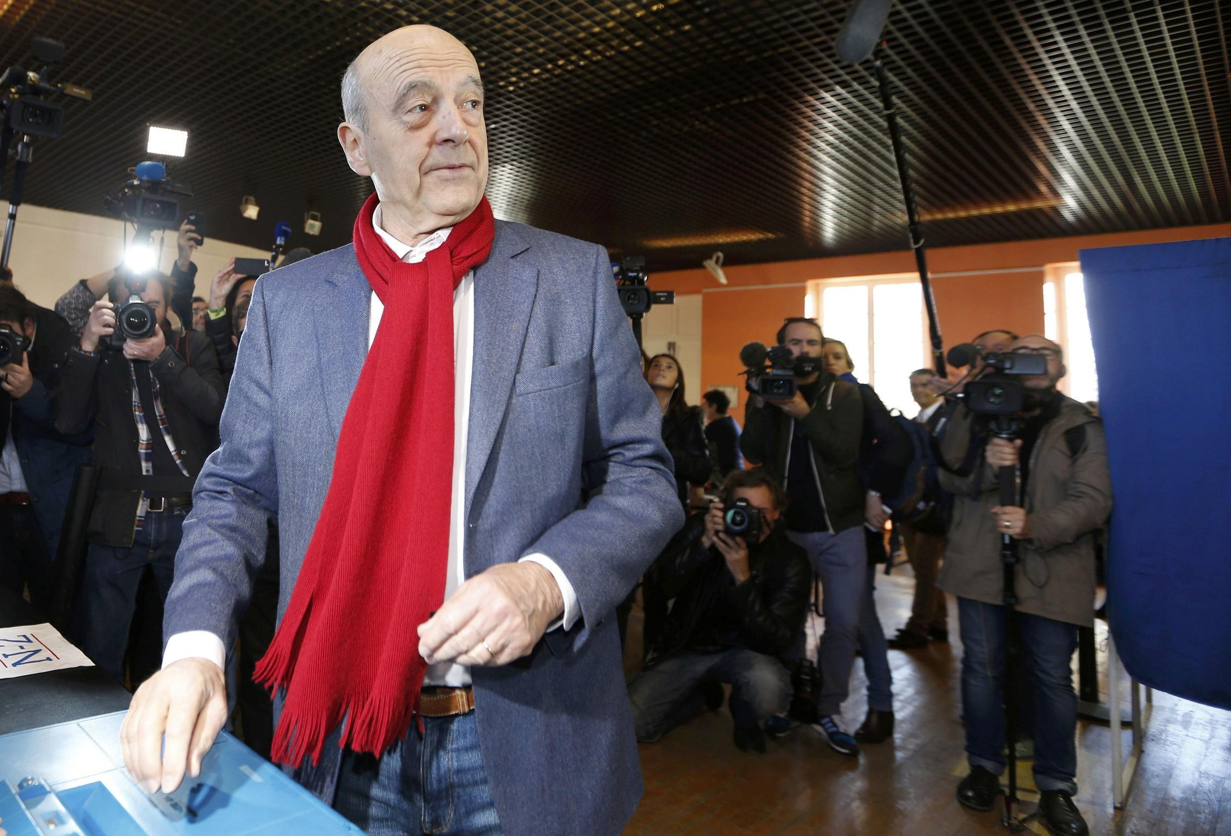 Bordeaux mayor Alain Juppé conceded defeat to François Fillon in the second round of centre-right primary.