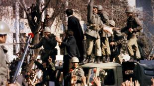Sur cette photo datant du 15 janvier 1979, à Téhéran, des soldats de l'armée iranienne se rangent aux côtés du peuple réclamant la chute du Shah.