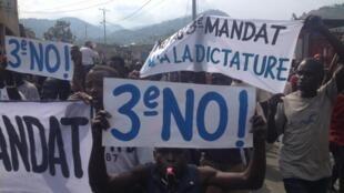 Défilé ce vendredi matin 1er mai, dans les quartiers sud de Bujumbura, contre la candidature de Pierre Nkurunziza pour un 3e mandat présidentiel.