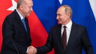 Le président turc Erdogan et le président russe Poutine lors de la conférence de presse qui a suivi l'accord conclu à Moscou le 5 mars.