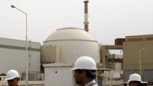 Dois técnicos iranianos no prédio próximo à central nuclear de Bouchehr, a 1200 quilômetros no sul da capital, em Teerã.