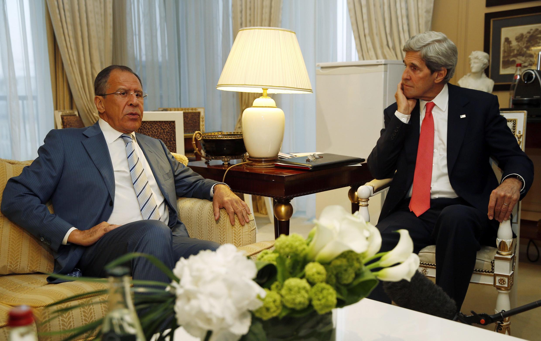 Le secrétaire d'Etat américain John Kerry (à droite) en compagnie du ministre russe des Affaires étrangères Sergueï Lavrov, le 27 mai 2013 à Paris.