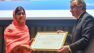 圖為聯合國秘書長古特雷斯向瑪拉拉頒授和平特使證書