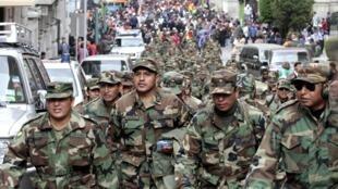 Des sous-officiers de l'armée bolivienne manifestent dans les rues de La Paz, le 24 avril 2014.