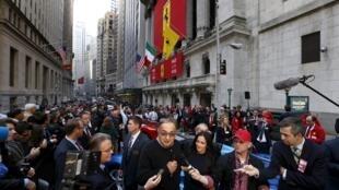 Diante de uma NYSE coberta pela bandeira da Ferrari, o presidente da FCA é cercado por jornalistas depois da estreia da marca italiana na bolsa de Nova York