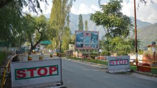 """ورودی """"اوری"""" پایگاه نظامی ارتش هند، که بر اثر حمله مهاجمان،  ١٧ سرباز هندی و ٤ نفر از مهاجمان هم کشته شدند.  سرباز هندی، چهار نفر از مهاجمان کشته شدند . ٢٨ شهریور/ ١٨ سپتامبر ٢٠۱۶"""