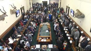 Les parlementaires d'opposition ont refusé de se lever à l'arrivée du président zimbabwéen pour la présentation du budget 2019, jeudi 22 novembre 2018.
