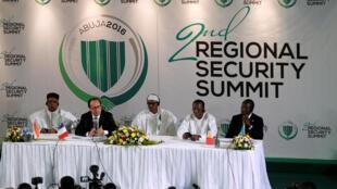 De gauche à droite: le président du Niger, Mahamadou Issoufou, le président François Hollande, le président du Nigéria Muhammadu Buhari, le président du Tchad Idriss Déby et le président du Bénin Patrice Talon, à Abuja le 14 mai 2016.
