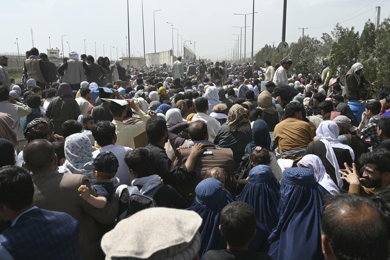 Miles de afganos, entre ellos personas que trabajaban para la misión estadounidense en Afganistán, se han reunido cerca del aeropuerto de Kabul con la esperanza de huir del país tras la toma del poder por parte de los talibanes