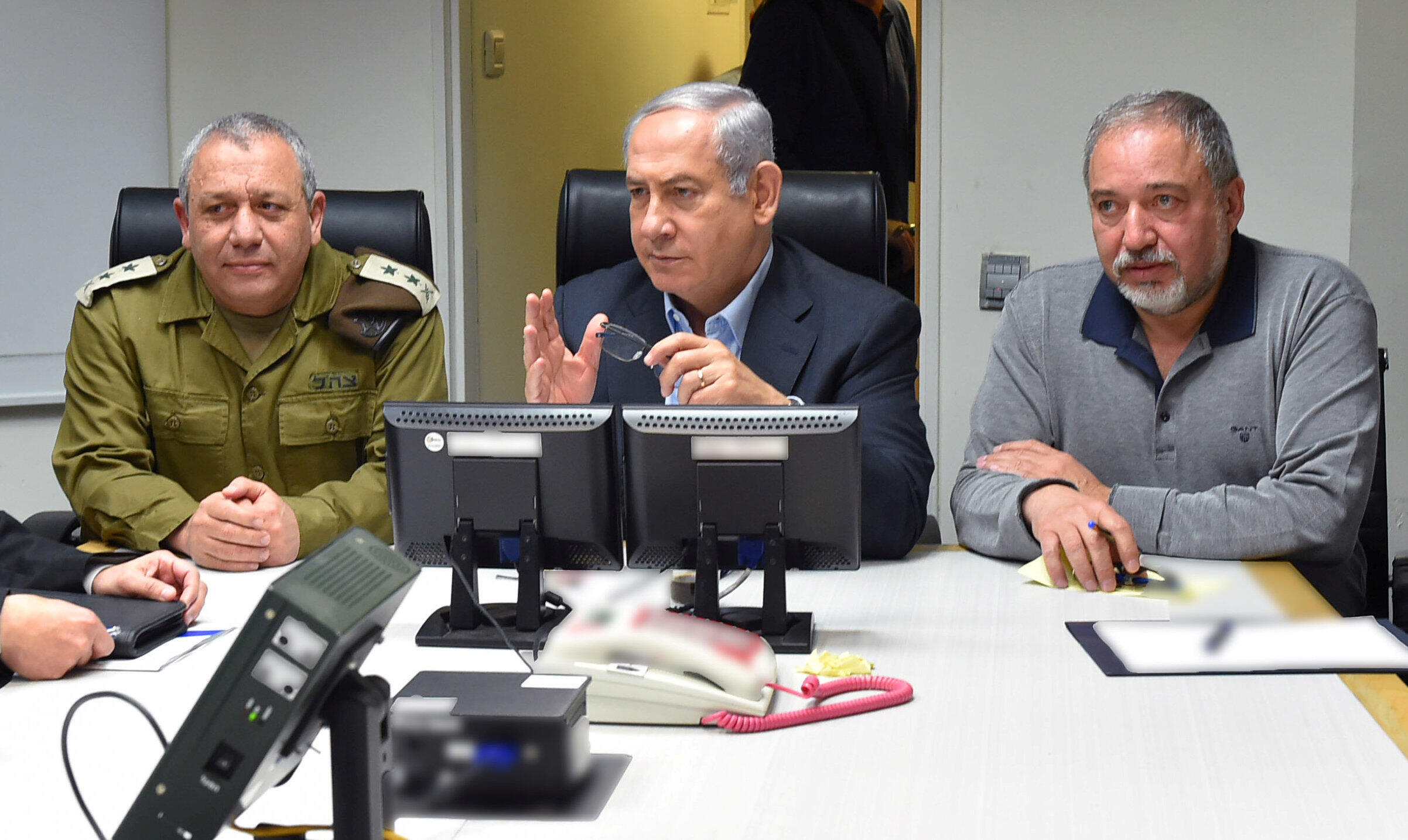 以色列总理内塔尼亚胡和国防部长 Avigdor Lieberman (右)和总参谋长 Gadi Eizenkot 在特拉维夫 2018年2月10日