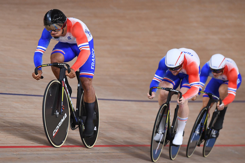 Les pistards français emmenés par Florian Grengbo (g) lors des qualifications de la vitesse par équipes des JO de Tokyo, le 3 août 2021