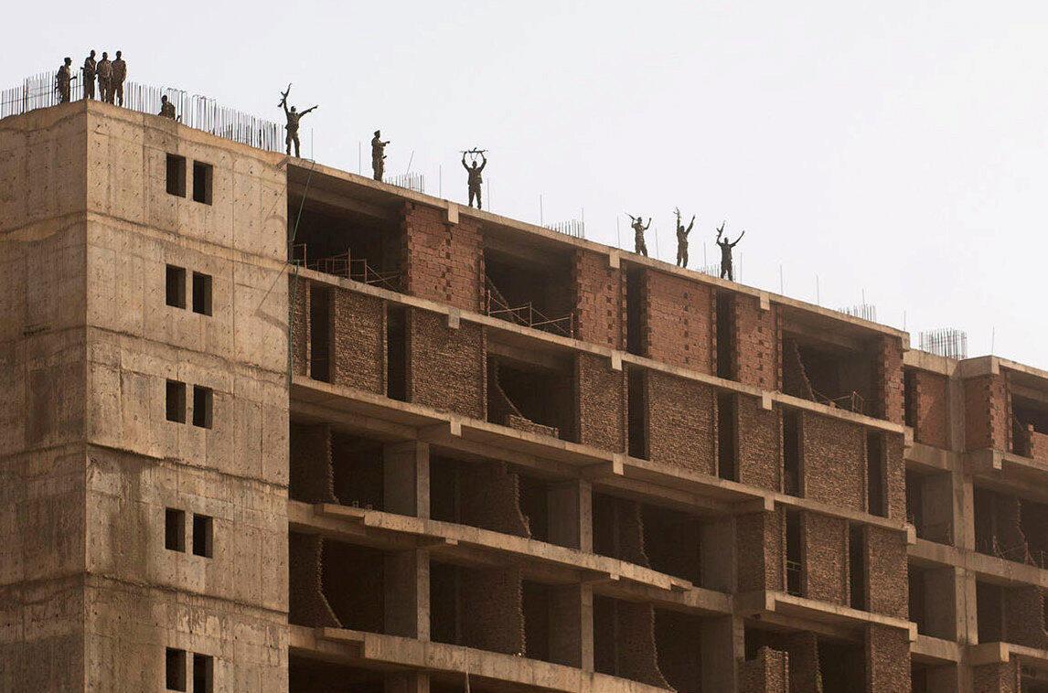 Des militaires soudanais saluent les manifestants près du ministère de la Défense.