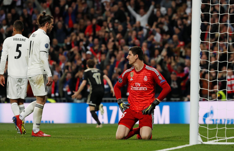 Gareth Bale (à gauche) et Thibaut Courtois (à droite), impuissants face à l'Ajax Amsterdam lors de la défaite 4-1 du Real Madrid, en huitièmes de finale retour de la Ligue des champions.