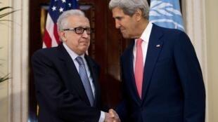 Лахдар Брахими и Джон Керри в Лондоне 14/10/2013 (архив)