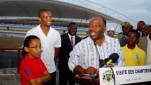 Le Président gabonais Ali Bongo accompagné par Samuel Eto'o lors d'une visite des chantiers de la CAN 2012.