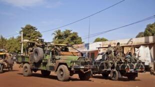 As forças francesas se dirigem ao norte do Mali dando sequência à ofensiva terrestre iniciada ontem.