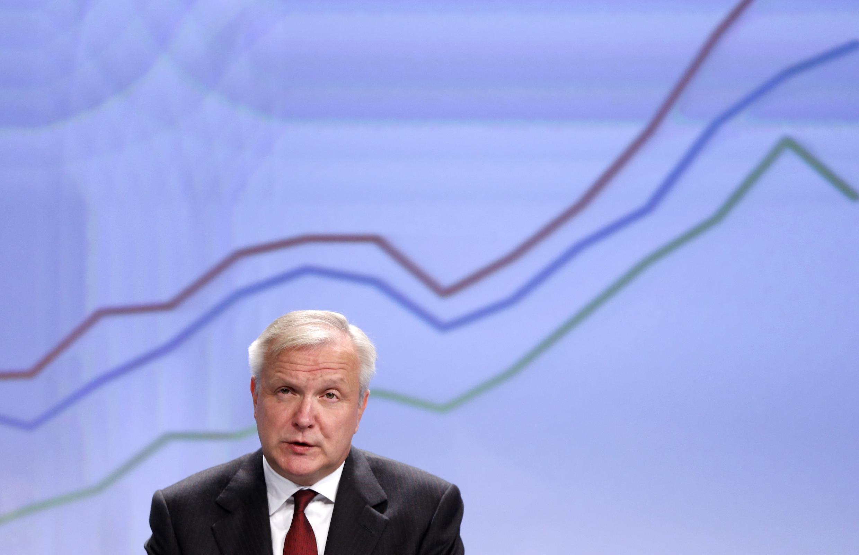 """""""Esperamos que Francia presente y sustancie pronto (...) medidas para respetar los compromisos (...) y reforzar la confianza a ojos de los ciudadanos y los inversores"""", ha insistido en rueda de prensa el vicepresidente económico de la Comisión, Olli Rehn."""